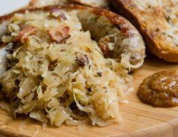 тушеная капуста с колбасками и горчицей