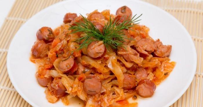 сытный ужин с сосисками и капустой