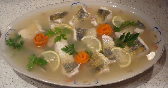 блюдо с рыбным заливным
