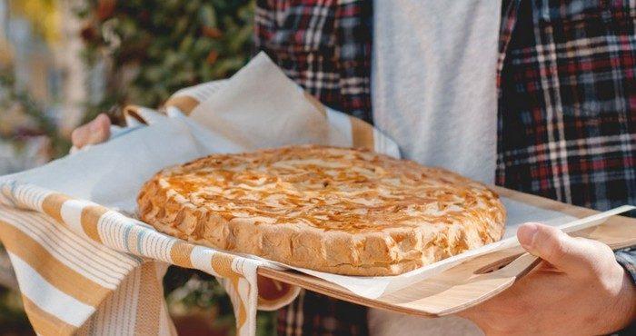 Как просто испечь пирог из слоеного теста с курицей
