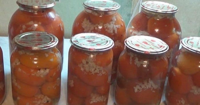 Ароматные и сладкие помидоры «под снегом» с чесноком на зиму