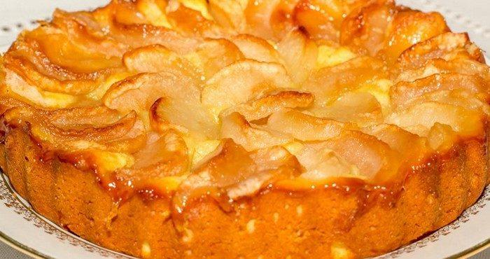 Как испечь нежнейшую шарлотку с творогом и яблоками