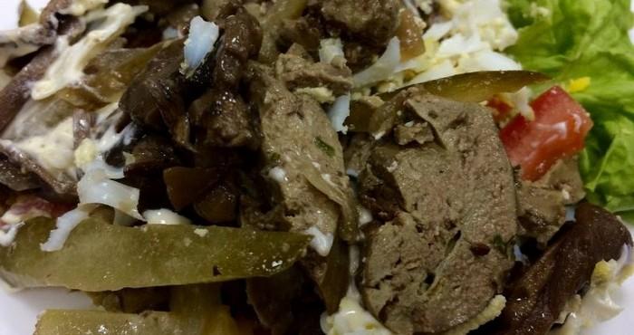 Ингредиенты перемешивают, салат ставят на 20 минут в холодильник.