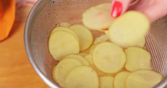 нарезать на слайсовой терке или же воспользоваться овощечисткой