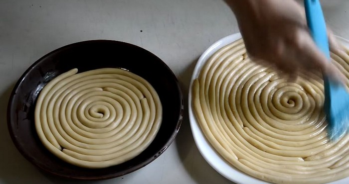 поднос смазать маслом и скрутить на нем колбаску улиткой