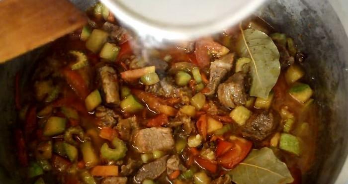 Обжарить вместе с мясом лук, репу и морковь