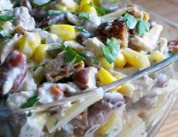 Салат фасоль и сухарики
