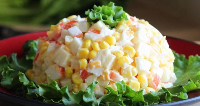 Крабовый салат с сыром и яблоками