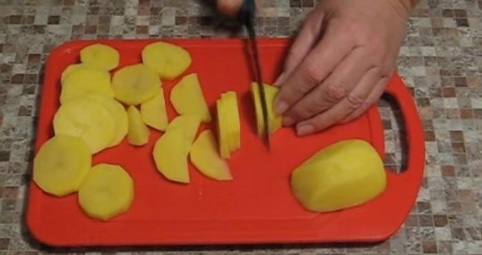 Картофель вымыть, почистить и порезать