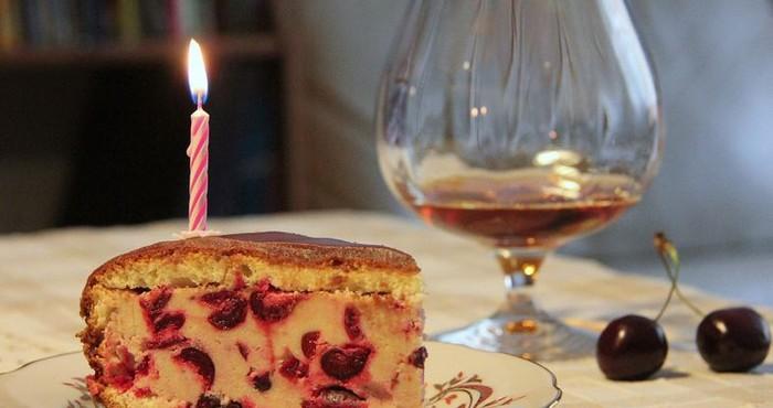 Подарочный торт для мужчины на день рождения с вишней и коньяком