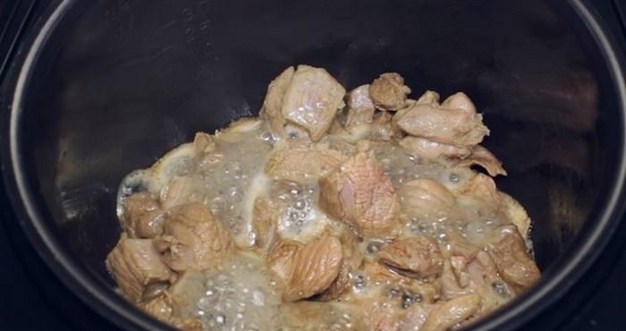 Добавляем нарезанное мясо и обжариваем