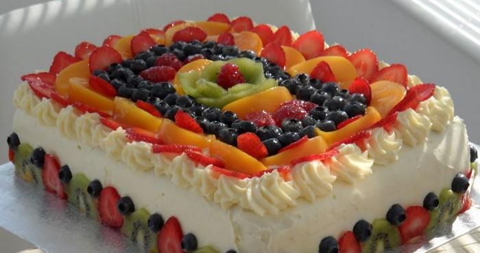 Оригинальное украшение торта фруктами