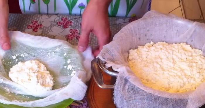 положить сырную массу
