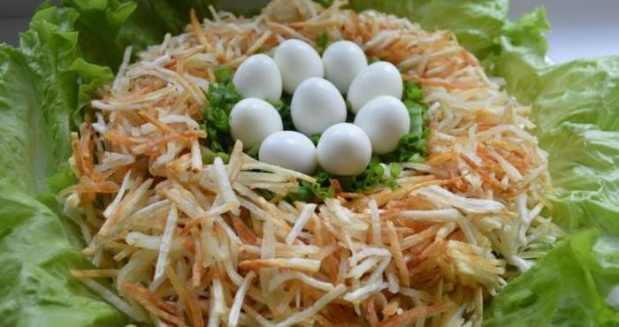 Салат «Гнездо глухаря» с курицей и виноградом