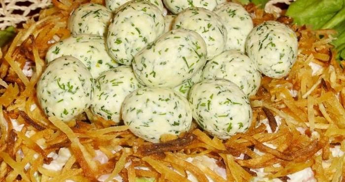 Салат «Гнездо глухаря» с колбасой и маринованными огурцами