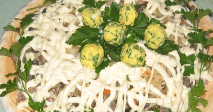 Салат «Гнездо глухаря» со свежей капустой