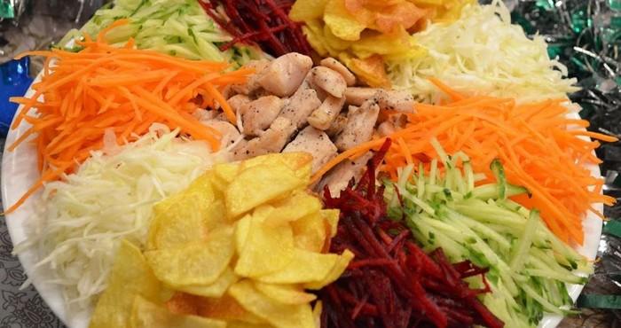 Салат «Козел в огороде» с чипсами