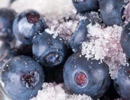 ароматные ягоды в сахаре