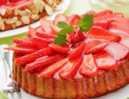 яркий клубничный пирог