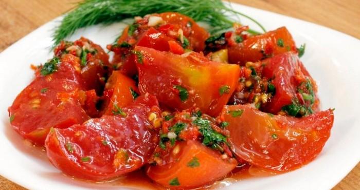 вкусные дольки помидоров в желе с зеленью на зиму