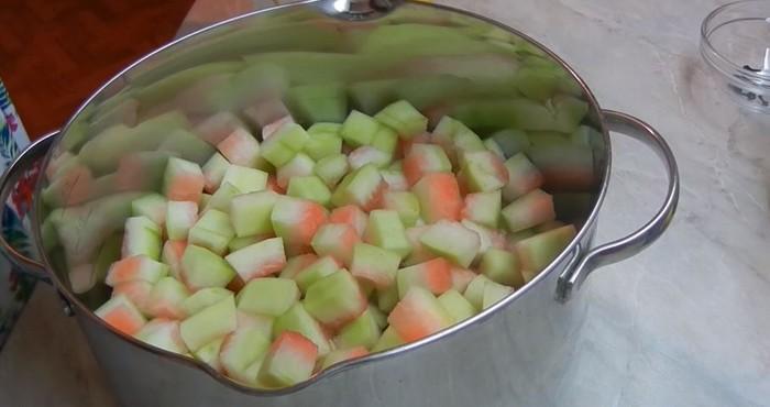 нарезка арбуза кубиками