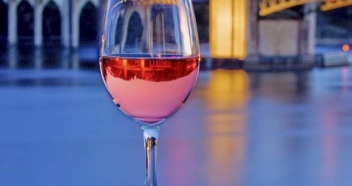 нежное вино с розоватым оттенком