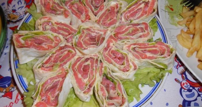 быстрая закуска с рыбой и салатом