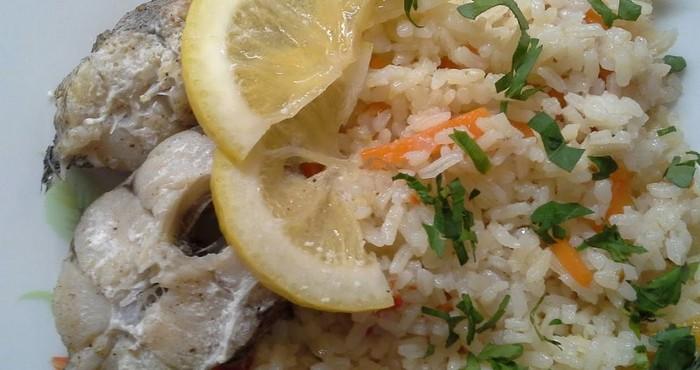 сытное блюдо с рисом и рыбой