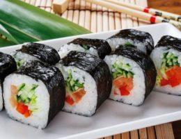 аппетитные суши на тарелке