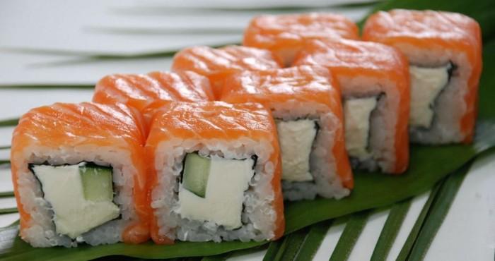 яркие суши с рыбой и огурцом
