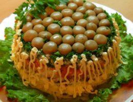очень красивый салат с грибами