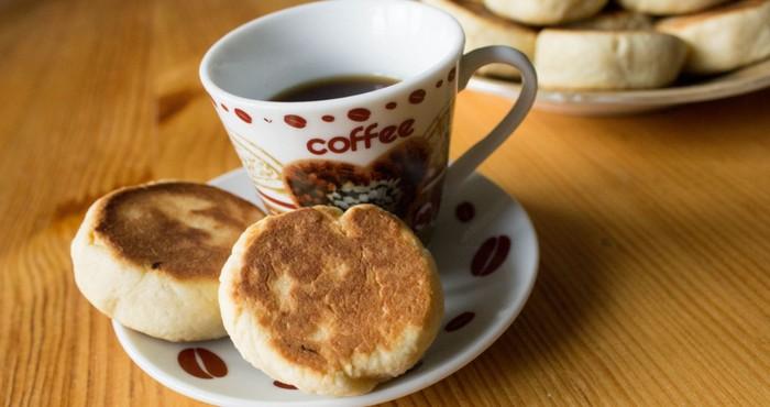 жареное печенье и ароматный кофе