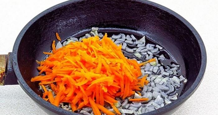 подготовка зажарки из лука и моркови
