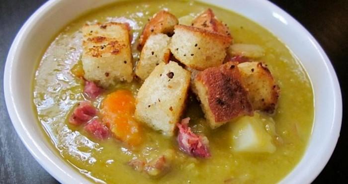 суп на говяжьем бульоне с горохом и гренками