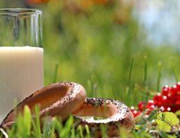 молочный напиток с выпечкой