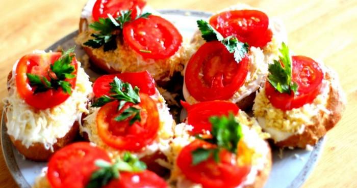 яркий бутерброд с томатами