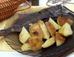 вкусная рыба с запеченным картофелем