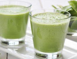 зеленый напиток из шпината