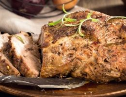 запеченное мясо на тарелке