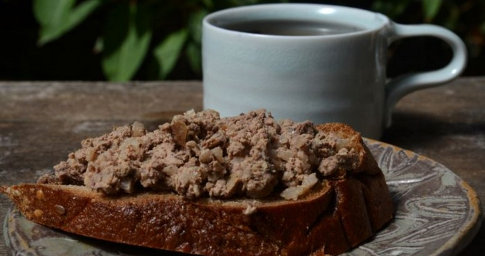 нежная закуска с хлебом и чаем