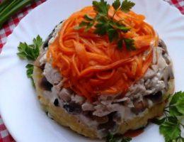 яркий салат с морковью и курицей