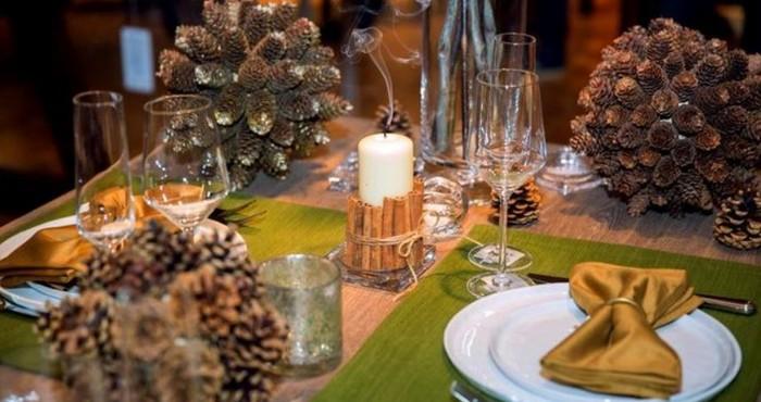 новогодние декорации и праздничный стол