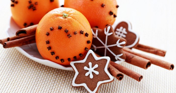 апельсины, украшенные гвоздикой