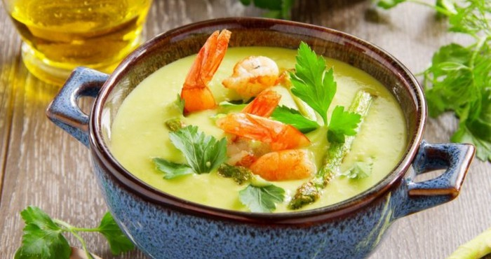блюдо с морепродуктами и зеленью