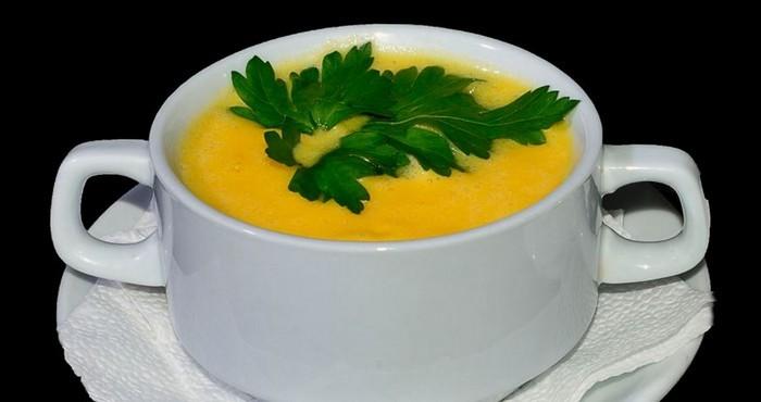 яркий суп с сыром и куркумой
