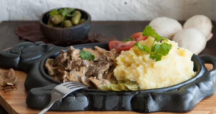 печень с грибами и картофельным пюре