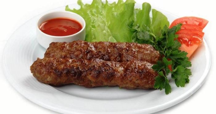 скусное блюдо из свиного фарша с соусом