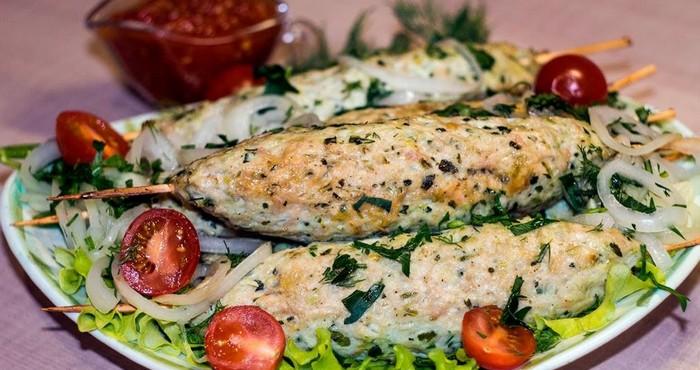 куриные котлетки на шпажках с овощами
