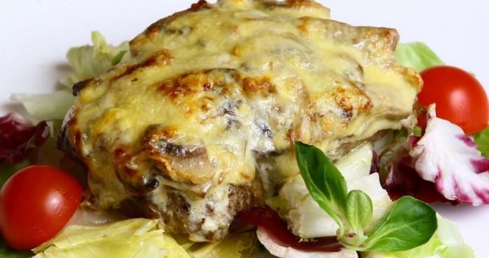 ароматное блюдо с лесными грибами