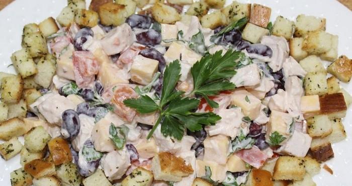 домашний салат с фасолью и курицей